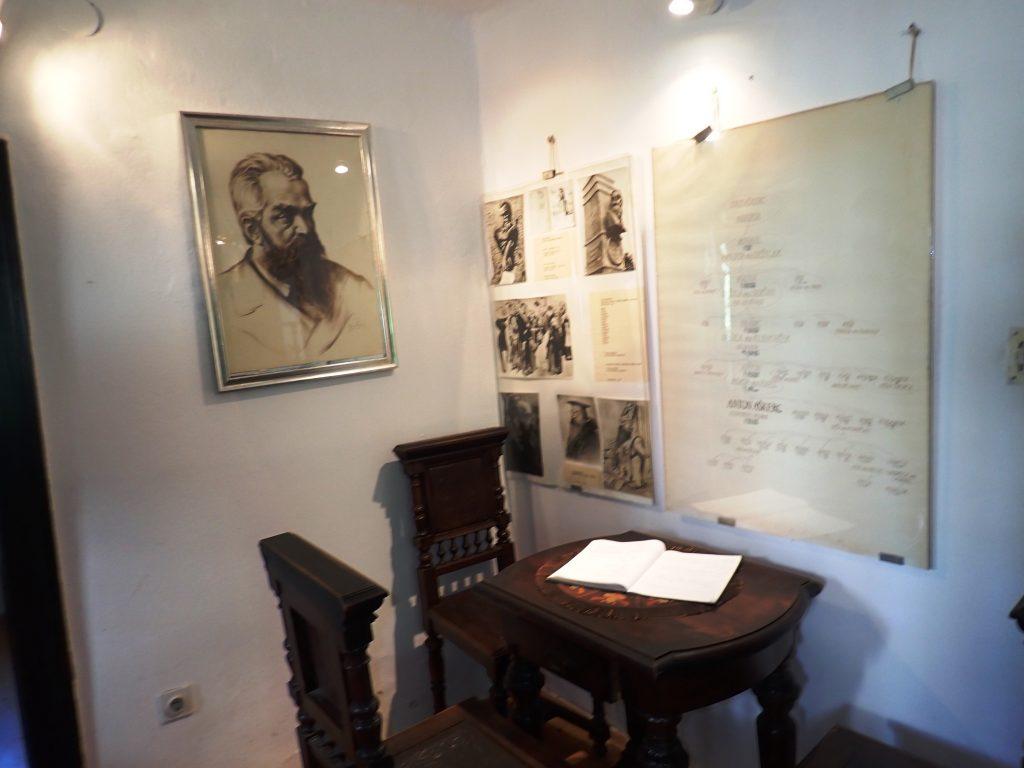 Notranjost muzejske hiše, v kateri je živel Anton Aškerc